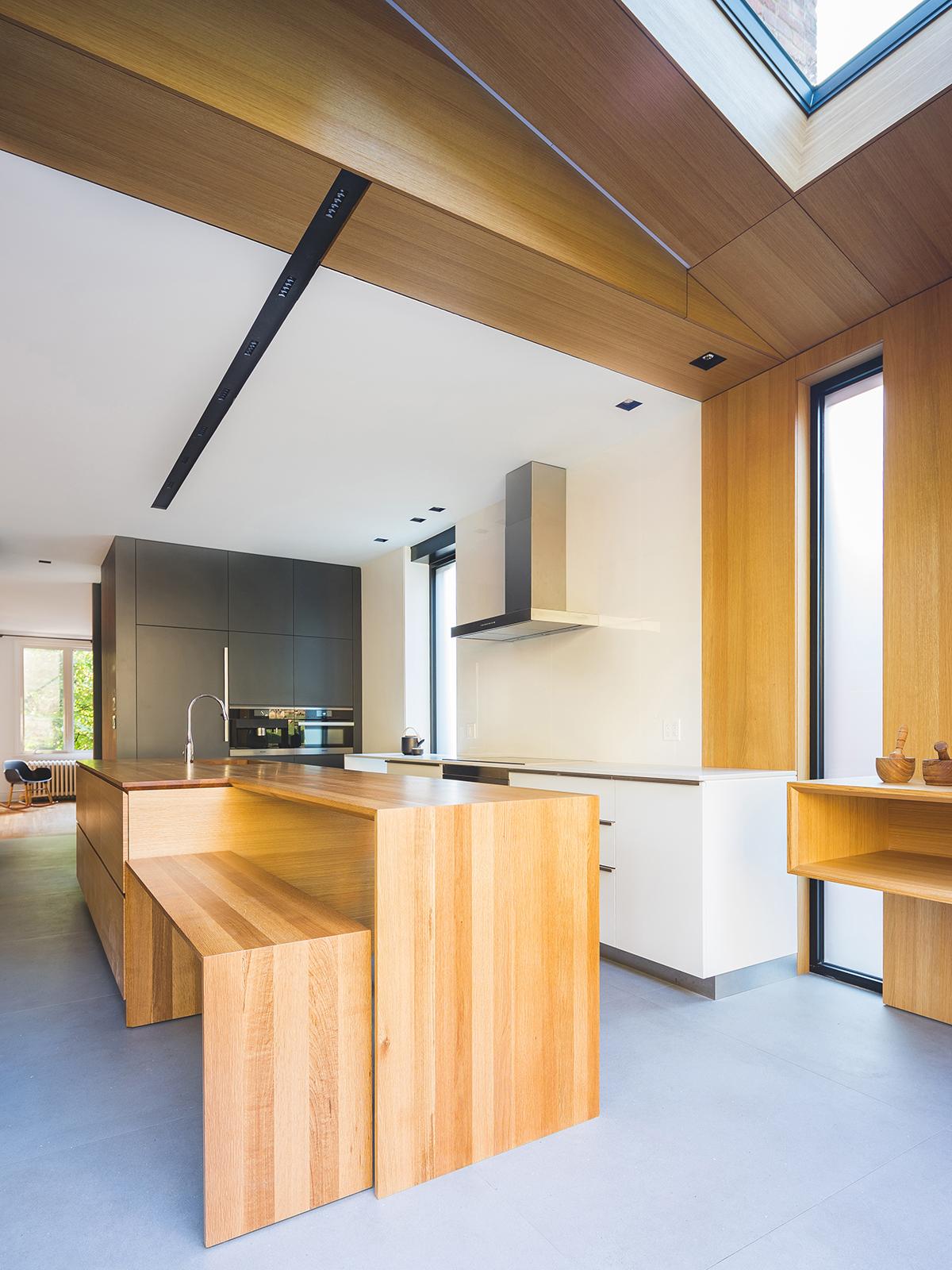 """Virtuvės zonoje stovi originalaus dizaino """"sala""""."""
