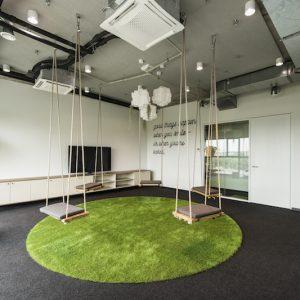 Šiuolaikiniame biure kėdės, stalo ir žaidimų neužtenka